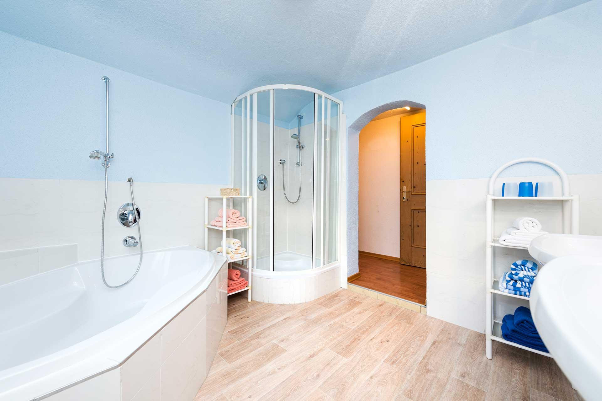 geraeumiges badezimmer im hotel angelika apartment gleich nebenan