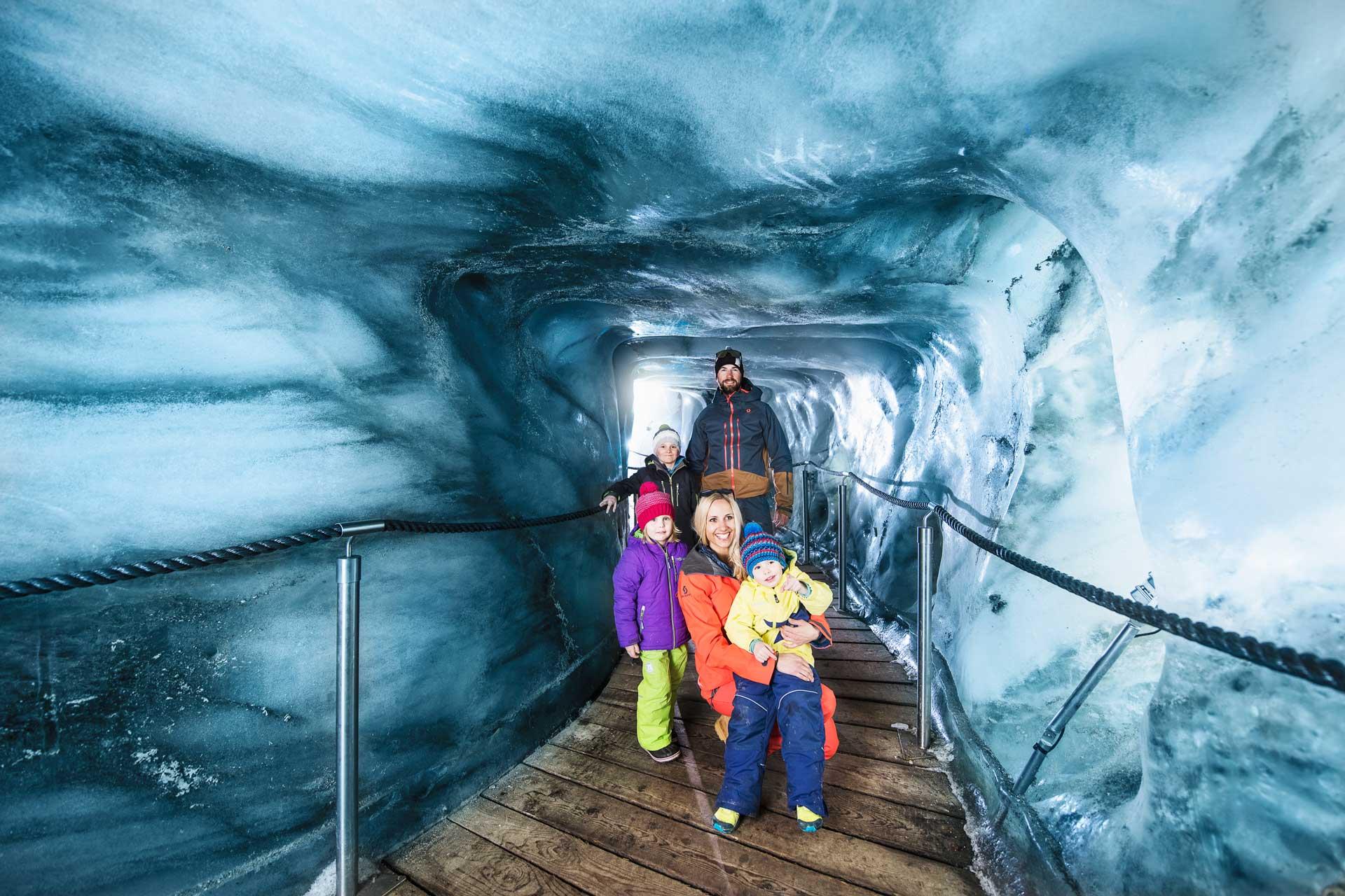 familienausflug - abenteuer - entdeckungsreise - eisgrotte am stubaier gletscher